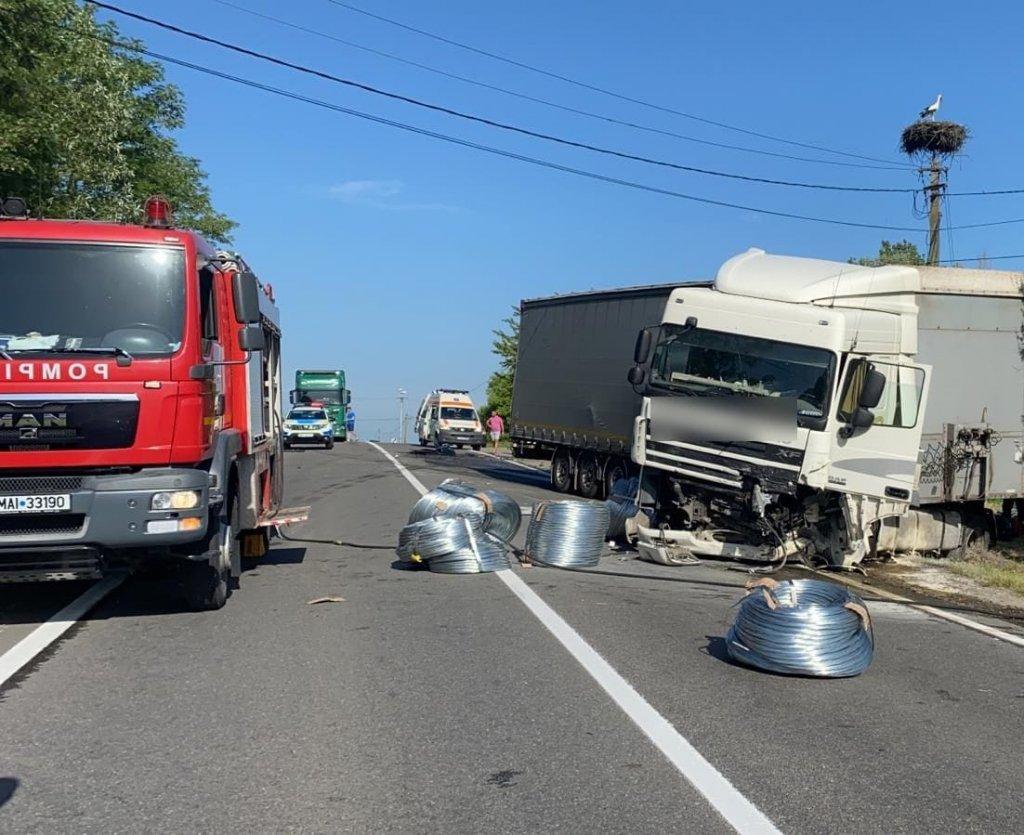 Accident cu trei morți lângă Huedin. O mașină a intrat într-un TIR/ Trafic blocat