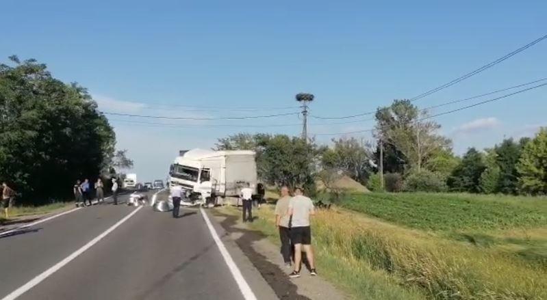 Accident teribil la Cluj. O mașină a intrat într-un TIR/ Trei morți, printre care un copil